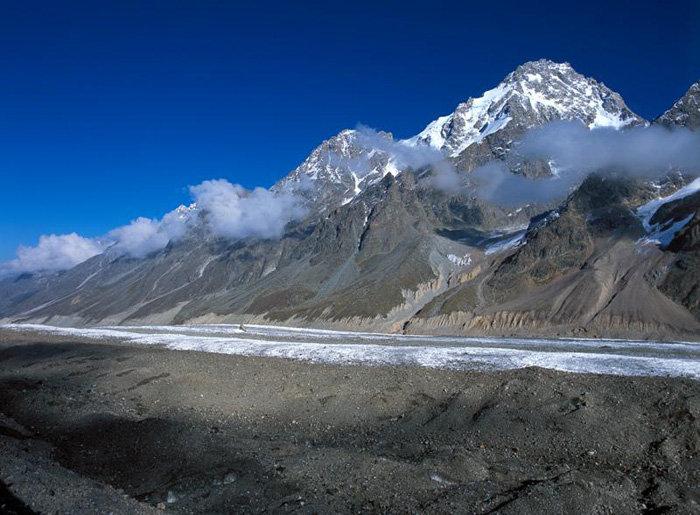 La réserve de haute-montagne s'étend sur une superficie de plus de 53.000 hectares. Elle possède 256 glaciers, dont 194 font plus de 10 hectares. Les glaciers couvrent 60% des zones protégées. En photo : Le glacier Bazengui