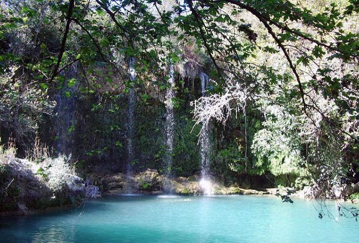 Le réseau de rivières qui coulent dans la réserve prennent leurs sources dans les glaciers. On trouve aussi des sources d'eau minérale et des lacs de haute-montagne.