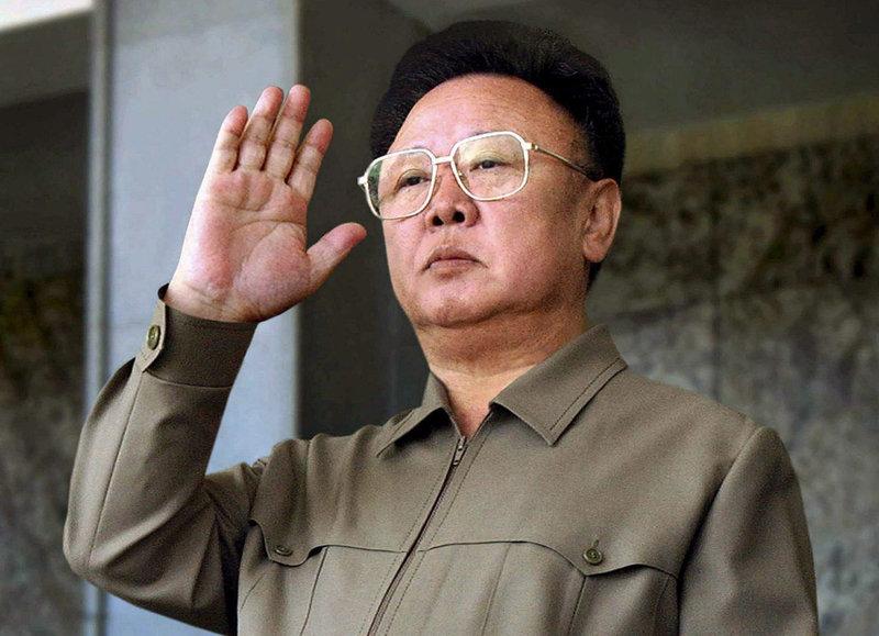 Samedi 17 décembre, le leader Nord-Coréen, Kim Jong Il est décédé à l'âge de 69 ans. La télévision nationale a annoncé la mort du dirigeant lundi 19 décembre. Kim Jong Il a fini sa vie dans son train blindé au moment d'une visite d'inspection dans le pays. Concernant les causes de la mort, la télévision Nord-coréenne a évoqué «un surmenage psychique et physique, entrainé par le travail pour le bien de la patrie».