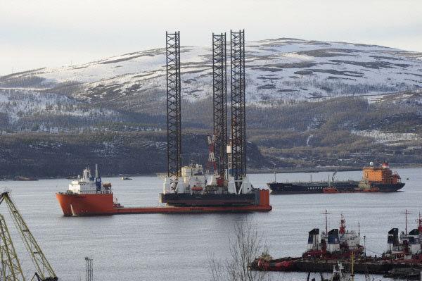 Les opérations de recherche et de sauvetage sont menées par le brise-glace «Magadan» et le remorqueur «Naftogaz-55». Le navire «Atlas», le pétrolier «Georgui Froïer», le fournisseur «Smit Sakhaline» et le vraquier «Youri Tarapourov» assistent les opérations. Sur la photo: la plateforme de forage «Kolskaïa».
