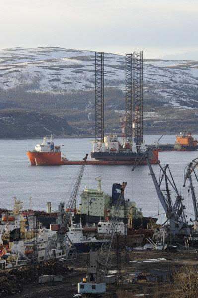 La plateforme pétrolière flottante «Kolskaïa» (sur la photo) a été construite en 1985 en Finlande. Elle fait 69,2 mètres de long et 80 mètres de large.