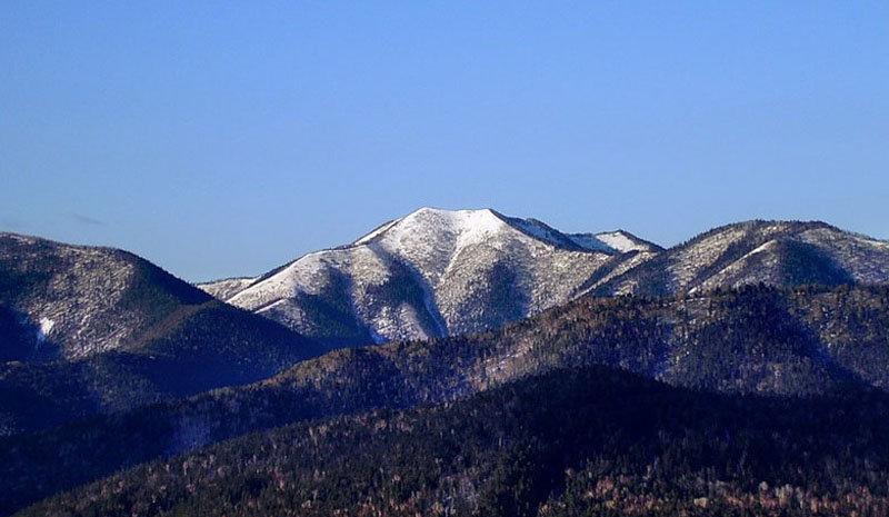 La réserve est située dans une région montagneuse. La montagne Bodjaoussa à 1679 mètres d'altitude est le point le plus élevé.