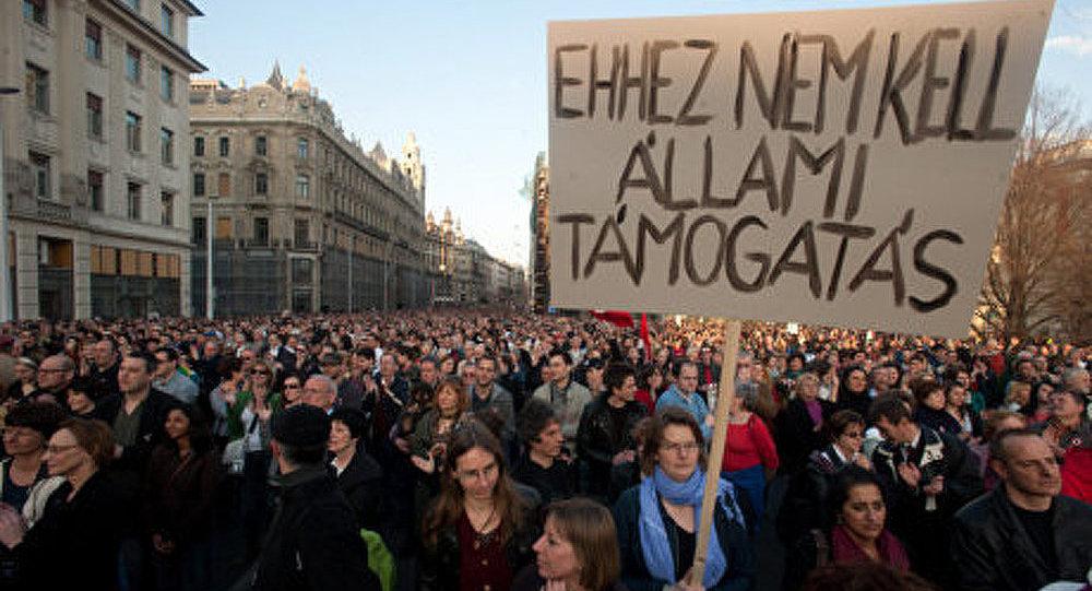 Les hongrois manifestent contre la nouvelle constitution