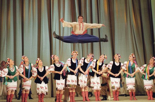 Actuellement, le répertoire du ballet compte plus de 300 mises en scène. Sur la photo: danse ukrainienne lors d'un concert consacré au 98e anniversaire du fondateur du ballet, 2004