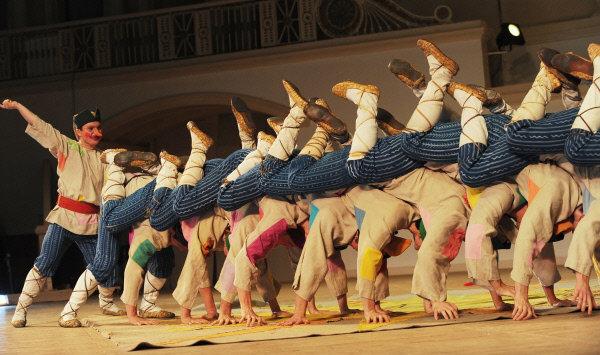 Aujourd'hui, le collectif du ballet comprend 85 danseurs d'un âge moyen de 25 ans. Sur la photo: danse de skomorokhi (bouffons), 2009