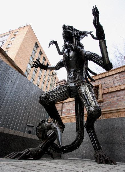 Le 8 février une immense statue en métal d'Alien, créature extraterrestre impitoyable du fameux film d'horreur science-fiction a apparu dans le centre de Vladivostok. L'apparition de la statue n'a pas été annoncée. Son auteur est inconnu.