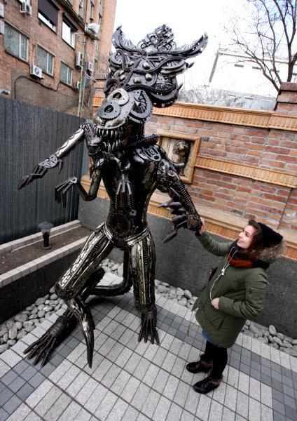 Sur la photo: la statue d'Alien