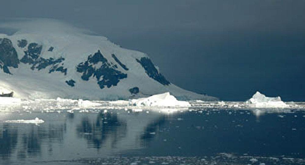 Un brise-glace russe aide à approvisionner la station antarctique américaine en carburant