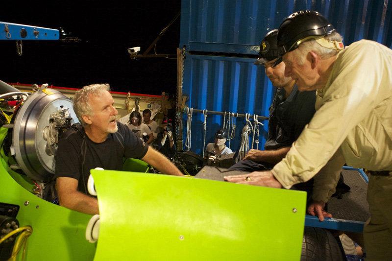 James Cameron a atteint le fond de la fosse des Mariannes à 01 h 52 (heure de Moscou), a passé plus de 6 heures à ramasser des échantillons de roche et à filmer à l'aide de caméras de 3D.