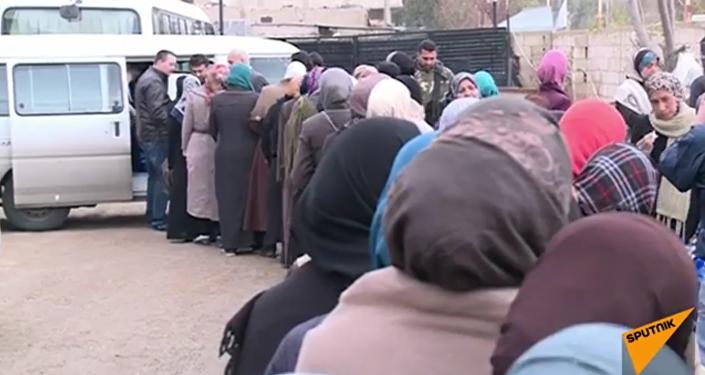 L'armée russe aide à livrer de l'aide humanitaire directement au peuple syrien.