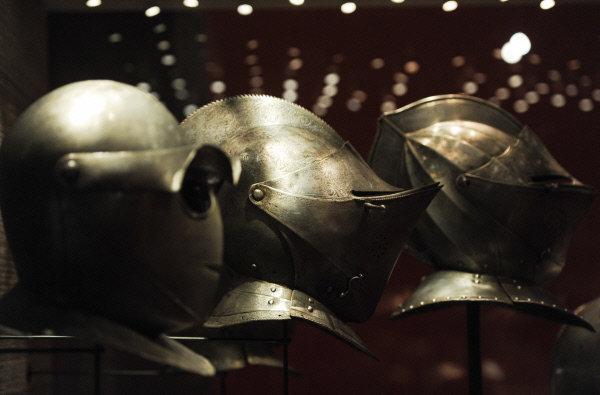 Jérusalem, Chypre, Rhodes et enfin Malte : les guerriers de l'ordre de Malte changeaient souvent de gîte. Ce sont eux qui ont sauvé beaucoup de pays européens des incursions des Turcs. Après la Révolution Francaise l'ordre a été dépouillé de toutes ses possessions en France, en Espagne et en Italie. Beaucoup de ceux qui cherchaient à se lier d'amitié avec les chevaliers se sont alors tenus à l'écart. Dans cette situation bien compliquée les chevaliers ont été sauvés par l'Empereur Paul Ier de Russie qui non seulement a invité les hospitaliers en Russie, mais aussi leur a donné de l'argent.Sur la photo : les pièces exposées à l'exposition « Le trésor de l'ordre souverain de Maltе. Neuf siècles au service de la foi et de la miséricorde » dans le palais du Patriarche.