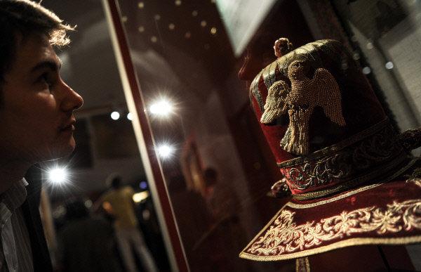 Sur la photo : un visiteur en train d'étudier une pièce exposée à l'exposition « Le trésor de l'ordre souverain de Maltе. Neuf siècles au service de la foi et de la miséricorde » dans le palais du Patriarche.