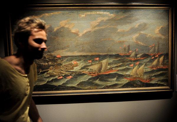 Un visiteur devant le tableau d'un inconnu Le naufrage d'une galère amirale de l'ordre en février de l'an 1770 exposé à l'exposition « Le trésor de l'ordre souverain de Maltе. Neuf siècles au service de la foi et de la miséricorde » dans le palais du Patriarche.