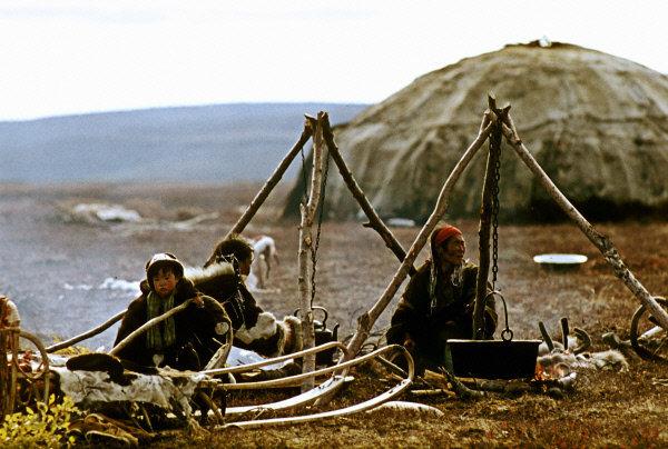 Les métiers traditionnels des Koriaks sont la pêche et l'élevage du renne. Les Koriaks attachés au sol pratiquaient le cueillage des mollusques mangeables, des œufs des oiseaus sauvages, des baies, des noix, de l'écorce, de l'ulve, de l'oseille, de l'épilobe et d'autres. Sur la photo : un campement d'éleveurs de rennes.