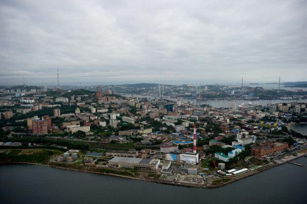 La ville de Vladivostok est située sur la côte de la mer du Japon, sur la péninsule de Mouraviev-Amourki.