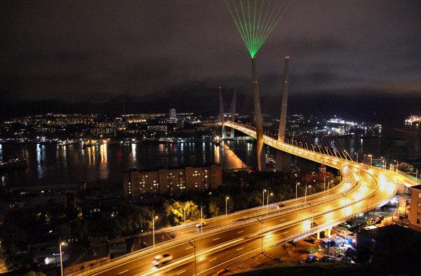 Vladivostok compte plus de 600 monuments historiques. Les traces du passé et du présent y cohabitent en harmonie. Des structures architecturales, construites il y a une centaine d'années, coexistent parfaitement avec des constructions modernes.