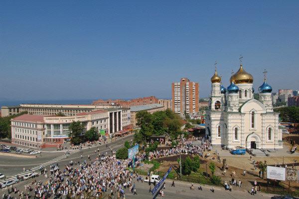Vladivostok est un grand centre scientifique et culturel de l'Extrême-Orient. La filiale extrême-orientale de l'Académie des sciences de Russie, des universités, des académies et des instituts de recherche se trouvent dans cette ville. Sur la photo: L'Université russe de l'Extrême-Orient et le temple Pokrovski à Vladivostok.