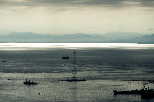 Vladivostok est située à la même latitude que Sotchi, la ville géorgienne de Soukhoumi, Varna (Bulgarie) et Nice (France). Un été chaud et humide, beaucoup de soleil en hiver, la proximité de la mer et des montagnes, ainsi que de grandes forêts créent dans cette région un climat très particulier.