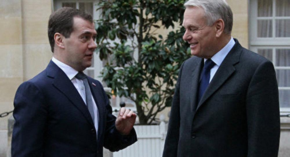 Les premiers ministres russe et français inaugurent une exposition à Paris