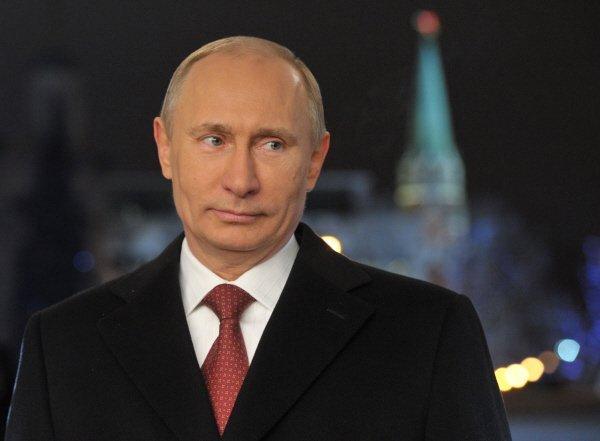Selon la tradition, 5 minutes avant minuit, le 1er janvier, Vladimir Poutine s'est adressé aux Russes dans une allocution télévisée. Le président russe a souhaité à ces concitoyens la paix, la joie et l'harmonie, en les remerciant de leur confiance et leur soutien.Sur la photo : L'allocution du Nouvel an de Vladimir Poutine .