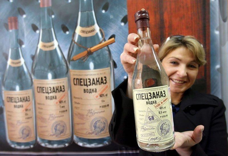 Pour revenir à l'histoire, rappelons que Mendeleïev n'a pas inventé la vodka. Cette forte boisson enivrante est apparue bien longtemps avant lui. Selon certaines sources, la vodka a été introduite en Russie au XVIe en provenance de Scandinavie, selon d'autres un siècle plus tôt en provenance de Gênes.