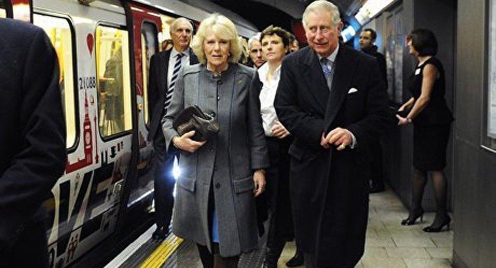 Le prince Charles et son épouse Camilla prennent le métro à Londres