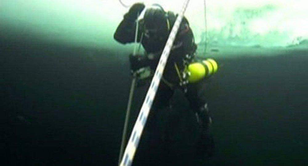 Une plongée dans le lac le plus froid de Yakoutie
