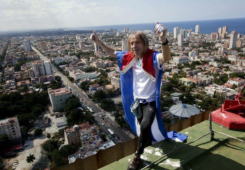 Arrivé sur le toit du Habana Libre, Robert a hissé le drapeau de Cuba.