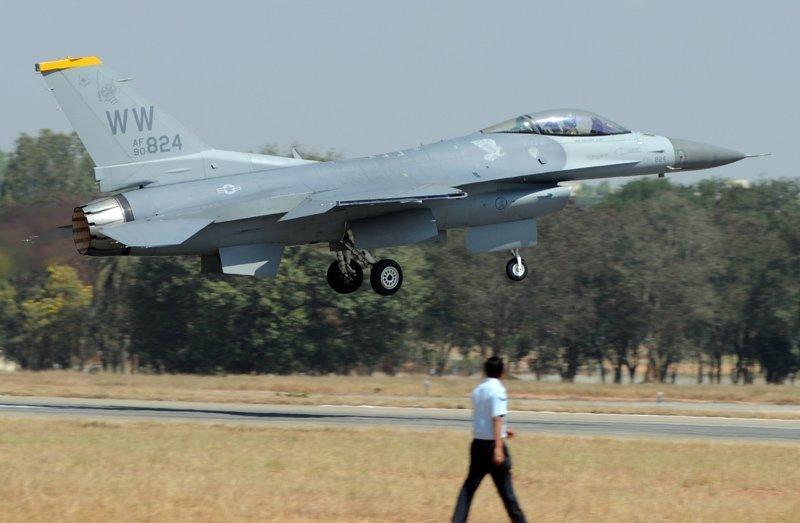 Sur la photo : l'avion de chasse polyvalent de quatrième génération F-16 (Etats-Unis) au salon Aero India 2013. Bangalore, Inde.