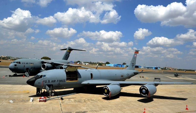 Sur la photo : l'avion militaire de transport américain C-17 Globemaster (en arrière plan) et le ravitailleur quadrimoteur KC-135 Stratotanker au neuvième salon international Aero India 2013. Bangalore, Inde.