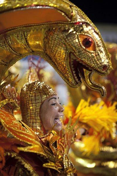 Le Brésil a lancé l'événement festif principal du pays. Les habitants et de nombreux touristes vont vivre sous les rythmes enflammés de la samba au cours de la semaine prochaine. Le carnaval brésilien a commencé par la cérémonie de remise traditionnelle de clés de Rio de Janeiro au roi Momo, qui régnera la ville jusqu'à la fin du festival de danse.