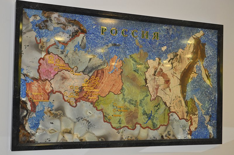 Sur la photo : la carte de la Russie fabriquée en divers minéraux.