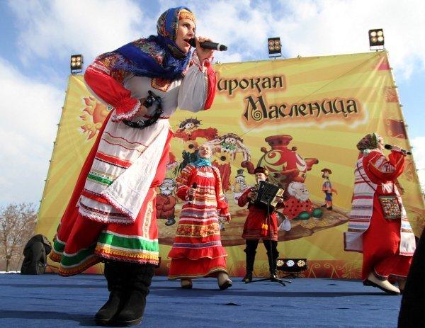 Les festivités de la Maslenitsa se sont terminées la veille du début du carême par l'adieu à la Grande Maslenitsa. Lors du dernier jour de la Maslenitsa, il faut finir de manger les blinis, beaucoup danser, beaucoup s'amuser, brûler le mannequin en paille et demander pardon à tout le monde. Voyons donc comment se fête la Maslenitsa en Russie.Sur la photo : les festivités de la Maslenitsa au parc Kolomenskoe de Moscou.