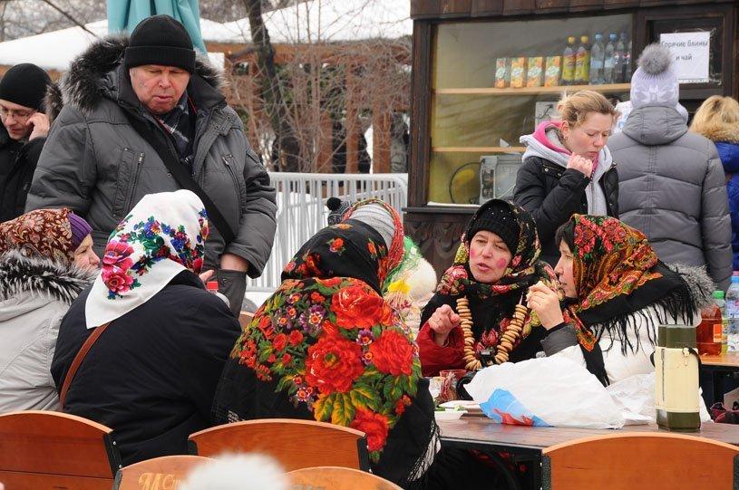 Sur la photo : un habitant de Souzdal grimpe avec des cadeaux sur un poteau lors de l'adieu à la Maslenitsa.