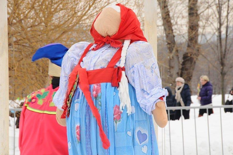 Sur la photo : mannequin en paille au parc Kolomenskoe de Moscou lors de l'adieu à la Maslenitsa le 17 mars 2013.