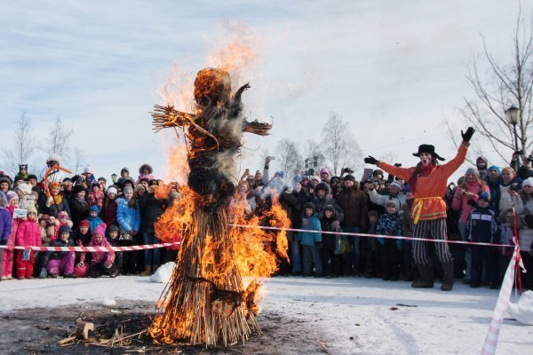 Sur la photo : mannequin en paille en train de brûler lors de l'adieu à la Maslenitsa dans le village de Chouvalovka près de Saint-Pétersbourg le 16 mars 2013.