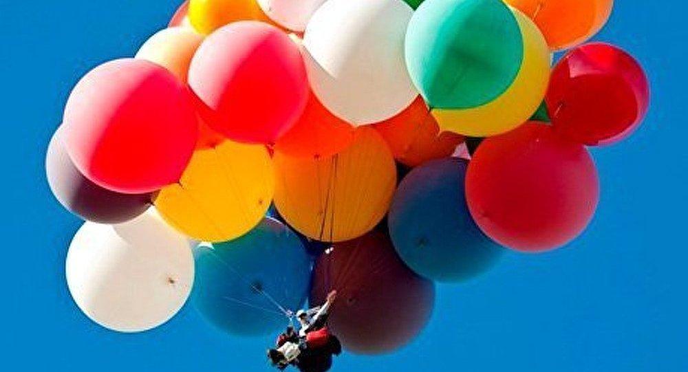 Un habitant de Cape a survolé au-dessus de l'océan avec les ballons