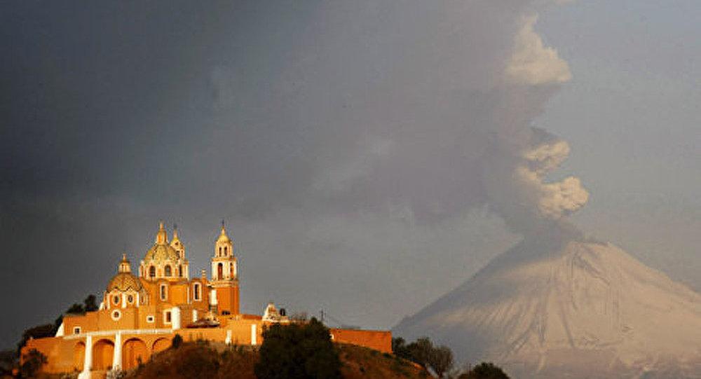 Volcan au Mexique : des compagnies aériennes suspendent leurs vols