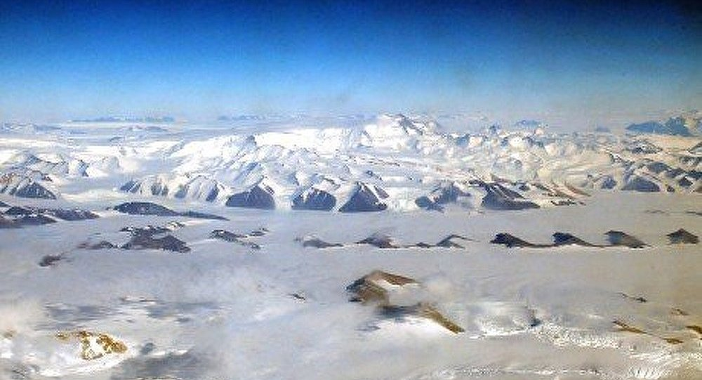 Un lac sous-glaciaire antarctique débordé
