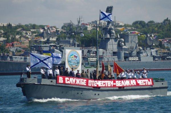 La Journée de la Marine de guerre russe est célébrée le dernier dimanche de juillet en Russie. Pour un pays qui est entouré de 12 mers et trois océans, c'est une fête symbolique et importante. Comme le veut la tradition, une parade militaire des navires de guerre sera organisée aux points de basement de la flotte du Pacifique, du Nord, de la mer Noire et de la flottille de la mer Caspienne.
