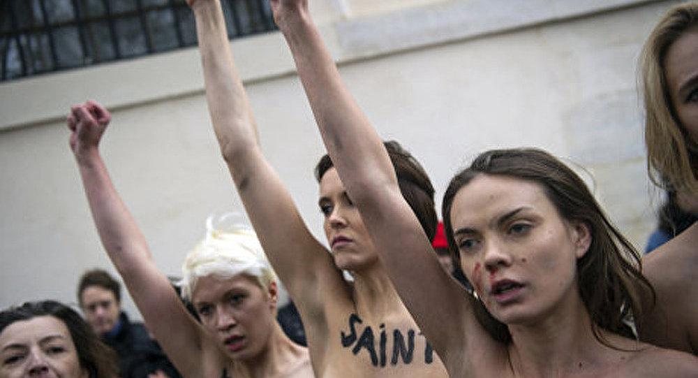 Des Femen seins nus devant le maire de Hambourg
