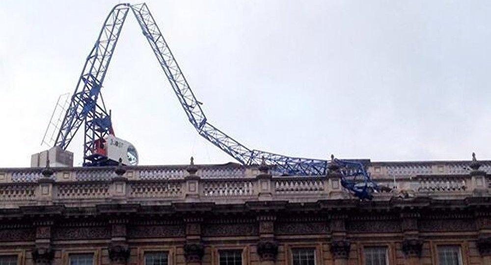 Une grue tombe sur le bureau du premier ministre de Grande-Bretagne