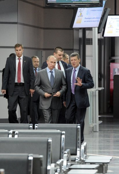 Le nouveau terminal est relié à l'aéroport de Sotchi par la liaison intermodale de transport. Sur la photo : le président russe Vladimir Poutine avant d'embarquer dans un train express Lastotchka à l'aéroport de Sotchi.