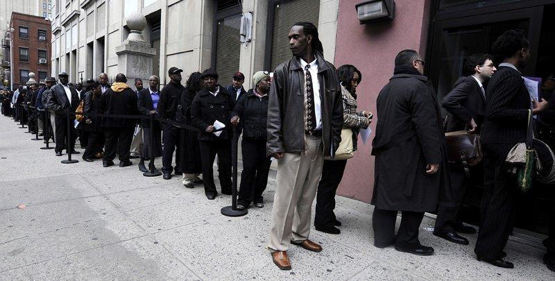 Sur la photo : file devant la bourse de l'emploi à New York.