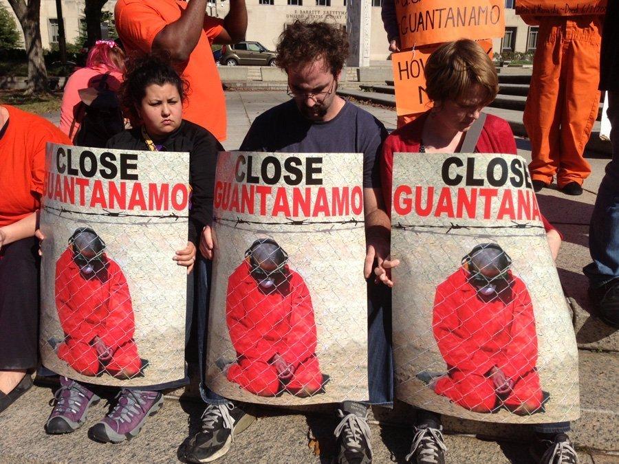 Barack Obama est également souvent placé face à sa promesse de fermer le tristement célèbre camp de Guantánamo, qu'il ne peut pas contenir depuis 2009. Tout cela, selon les Américains eux-mêmes et les experts internationaux, laisse penser que Barack Obama n'est pas le président que les électeurs voulaient. De plus, ses échecs sont assez nombreux. Ce qu'il restera de lui dans l'histoire du pays quand il aura quitté ses fonctions semble très flou, même s'il est encore tôt pour en parler.