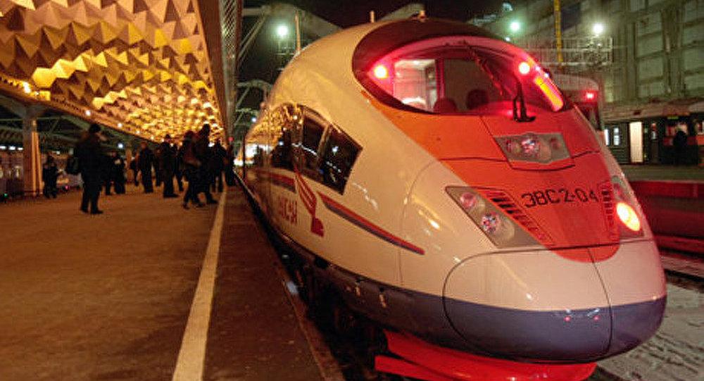 Voyage de Moscou à Saint-Pétersbourg sur le toit d'un TGV