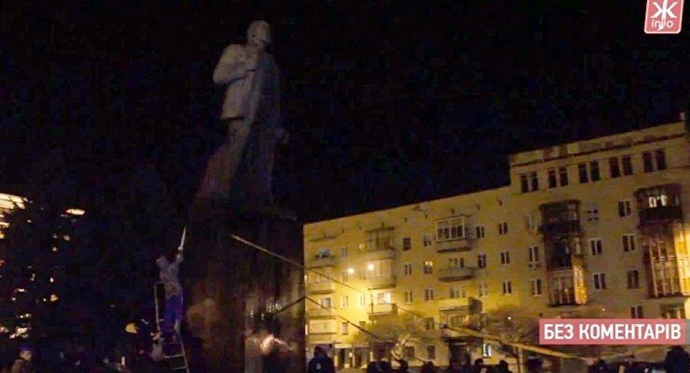 Ukraine : les extrémistes s'en prennent à Lénine