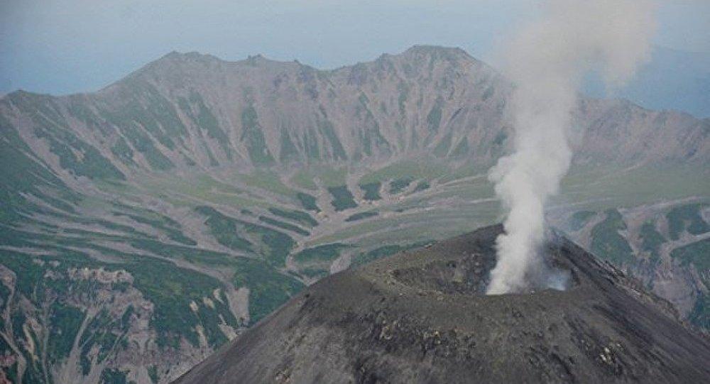 Le volcan Karymski projette une colonne de cendres de 3 km de haut
