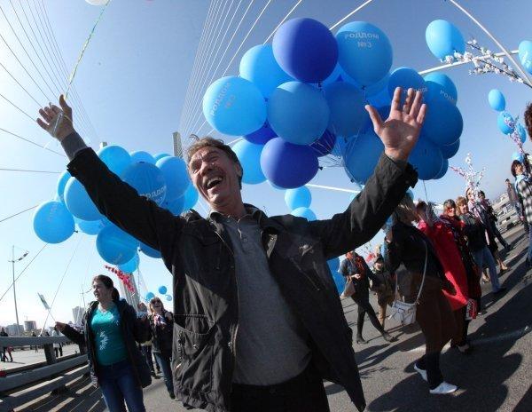 Les participants au cortège du 1er Mai sur le pont du Zolotoï Rog à Vladivostok (Extrême-Orient).