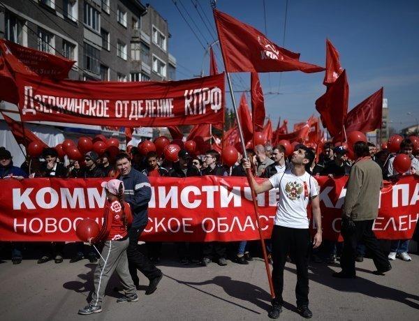 Les participants à la manifestation du 1er Mai sur l'avenue Krasnyï prospekt à Novossibirsk.